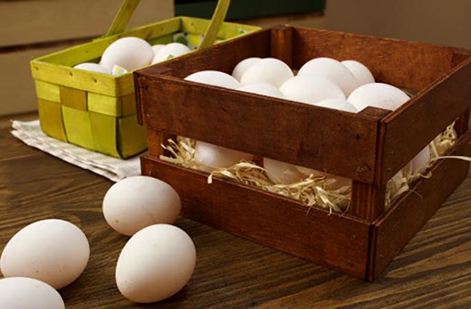 Яйца в деревянном ящике