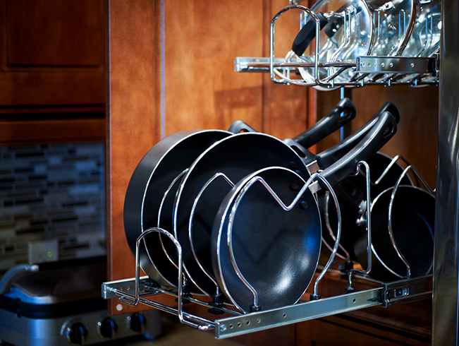 Сковородки в выдвижном ящике