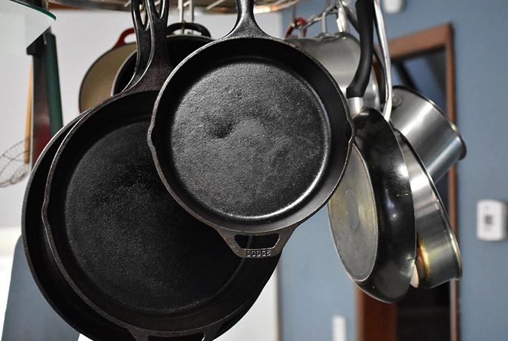 Подвисной способ хранения сковородок