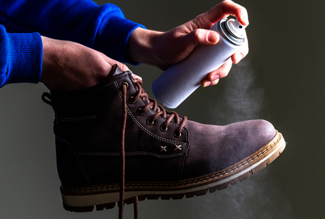 Использование спрея для обуви