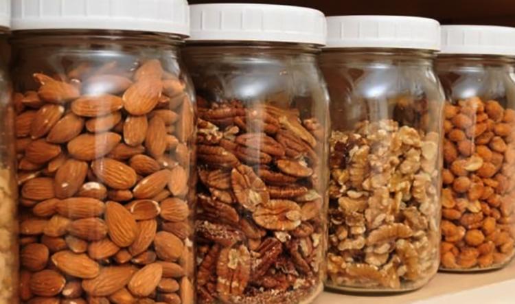 Орехи в банках