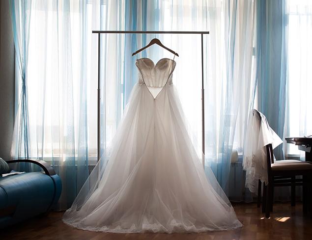 Свадебное платье висит дома