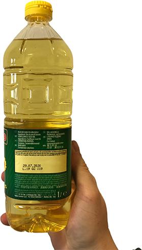 Подсолнечное масло в руках