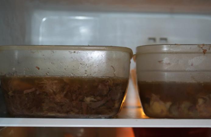 Холодец в холодильнике