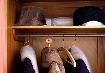 Хранение шапок в шкафу