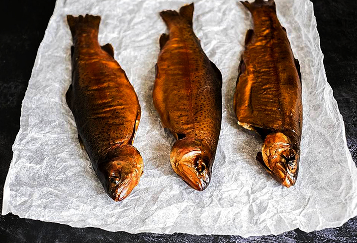 Копченая рыба и бумага
