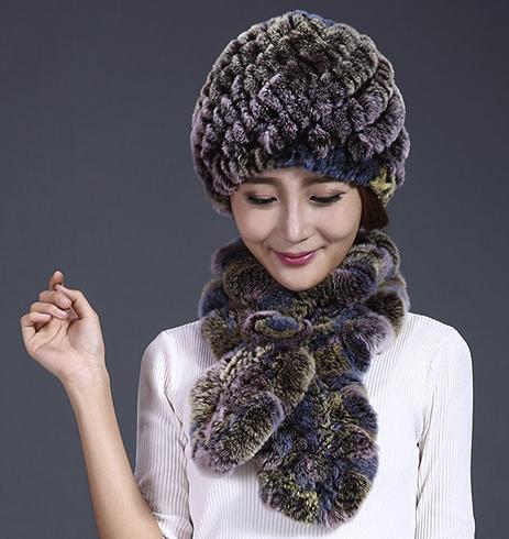 Девушка в меховой шапке и шарфе