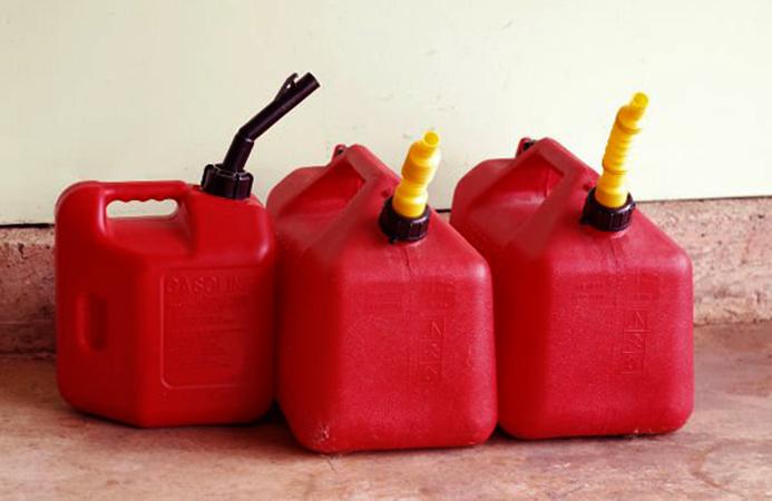 Бензин в пластиковых канистрах