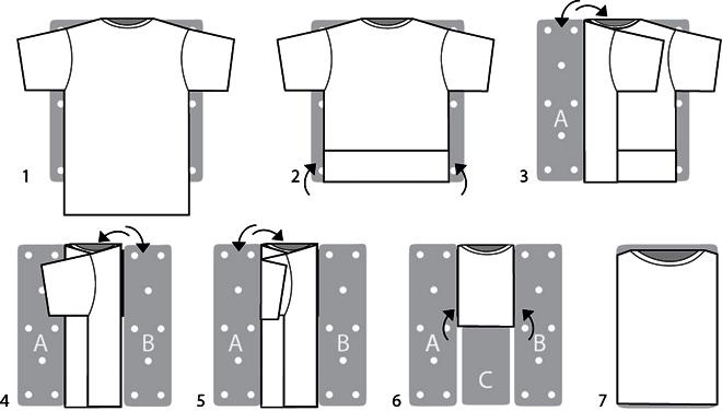 Один из способов складывания футболки