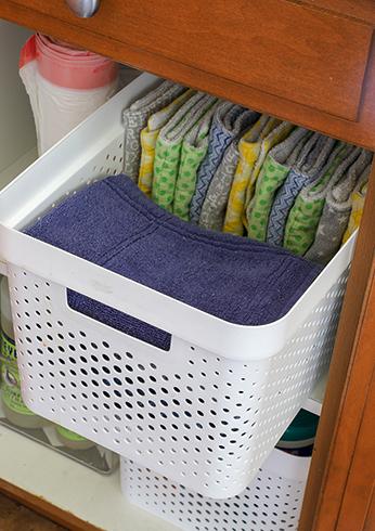 Полотенца в шкафчике на кухне