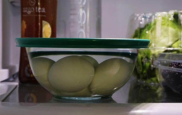 Вареные яйца в холодильнике