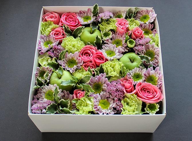 Искусственные цветы в коробке