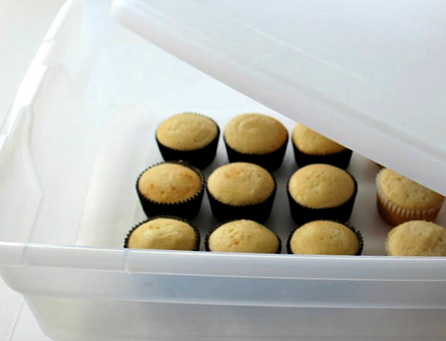 Кексы в контейнере