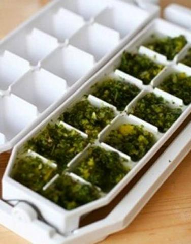 Листья салата в формочках для льда