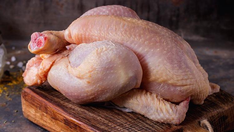 Свежая сырая курица