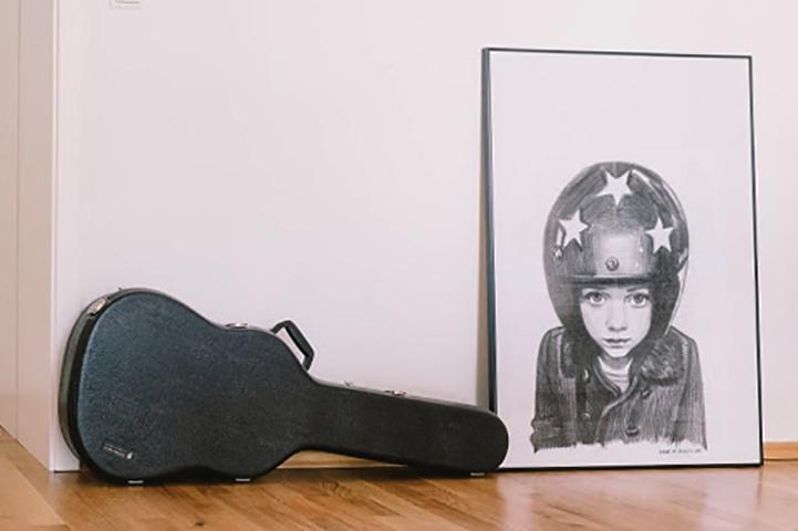 Гитара в футляре