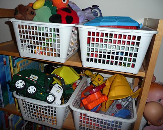 Детские игрушки в пластиковых контейнерах