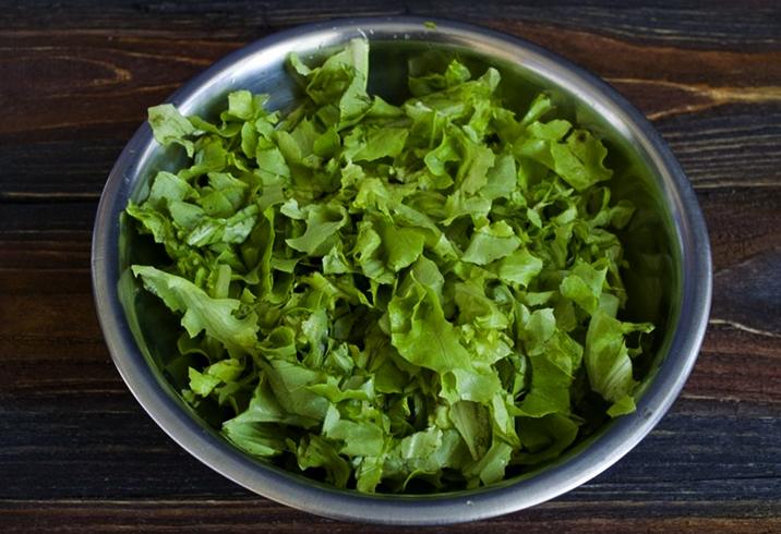 Листовой салат в миске