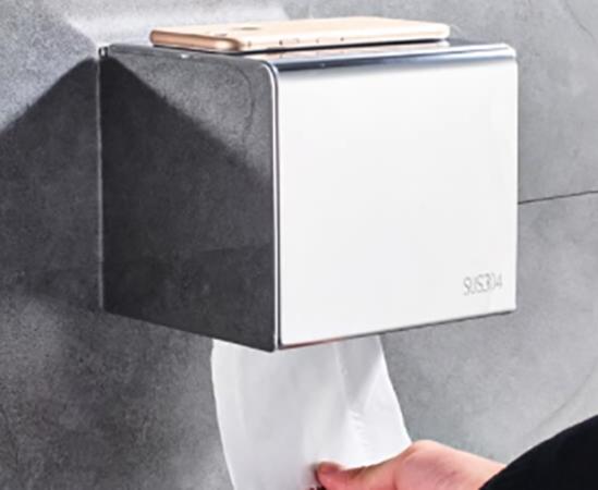 Взятие рукой туалетной бумаги