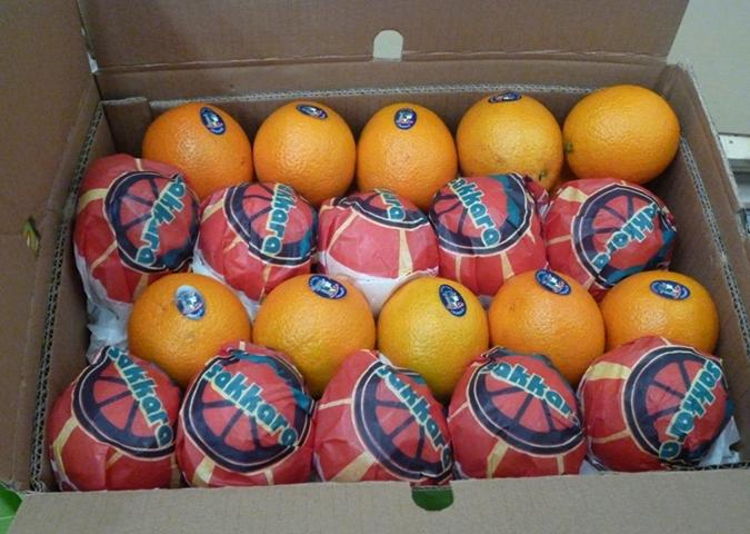 Апельсины в картонной коробке