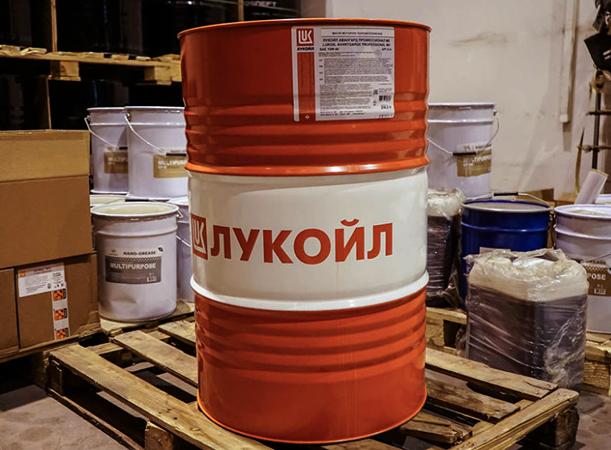 Моторное масло в металлической бочке
