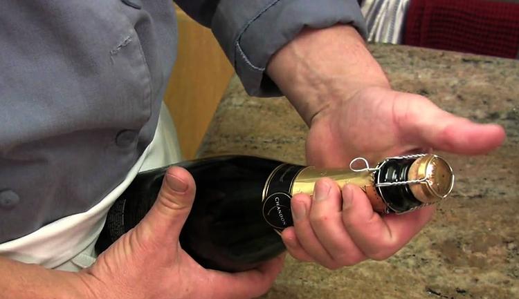 Бутылка шампанского в руках