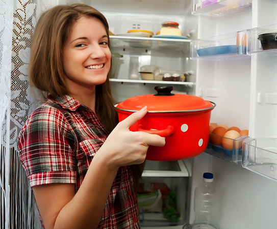 Хозяйка ставит борщ в холодильник