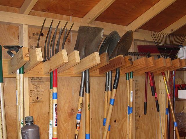 Хранение садового инвентаря на стенах