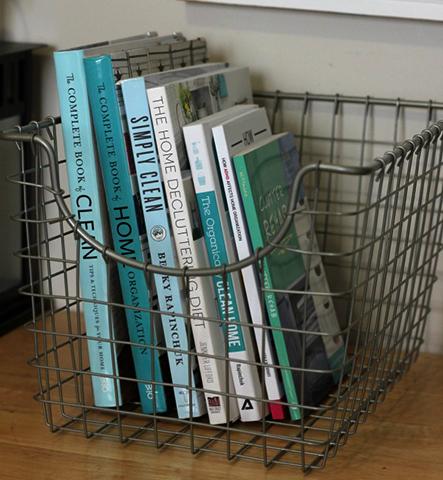 Хранение книг в металлической корзине