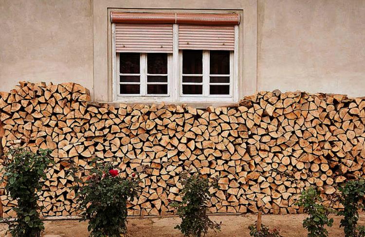 Дрова под стенами дома