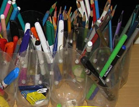 Пластиковые бутылки с фломастерами и карандашами