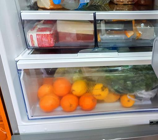Грейпфруты в овощном отделе холодильнике