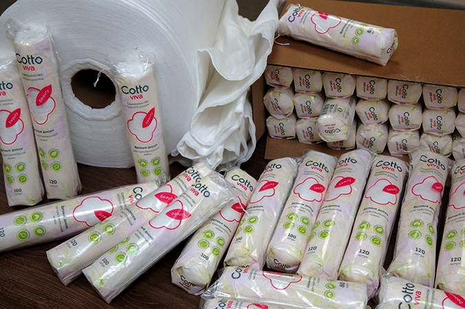 Много упаковок в ватными дисками