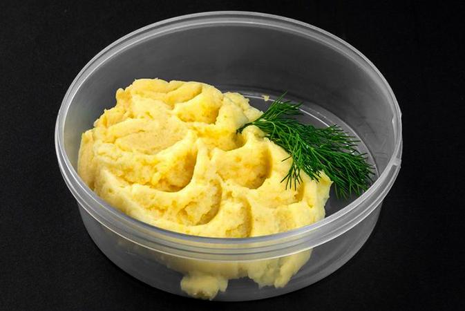 Картофельное пюре в пластиковом контейнере
