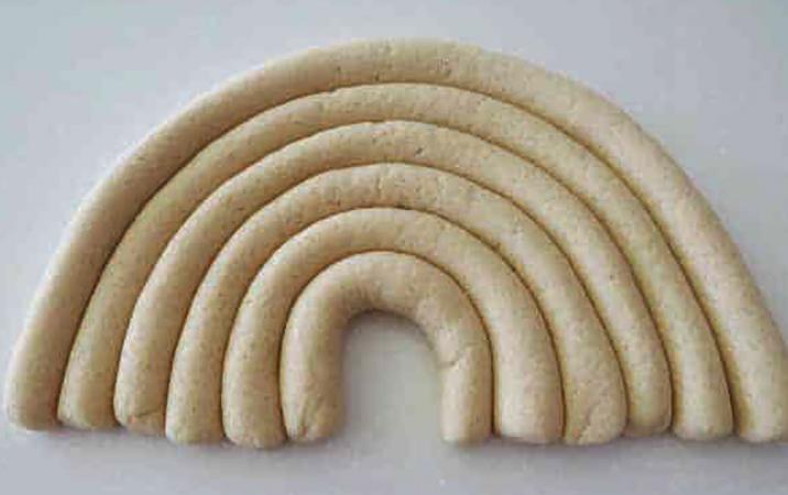 Соленое тесто в форме колбасок