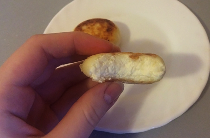 Сырник в руках