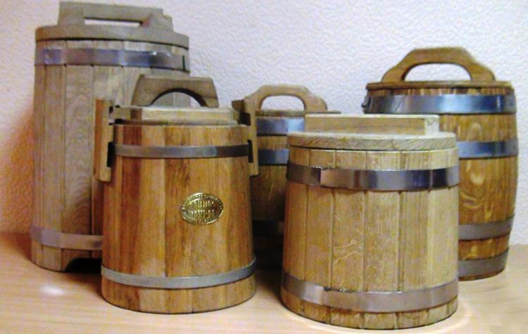 Соленые грузди в деревянных бочках