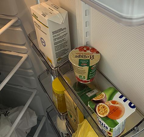 Йогурт в холодильнике