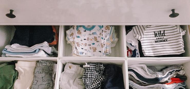 Детские вещи в выдвижном шкафу