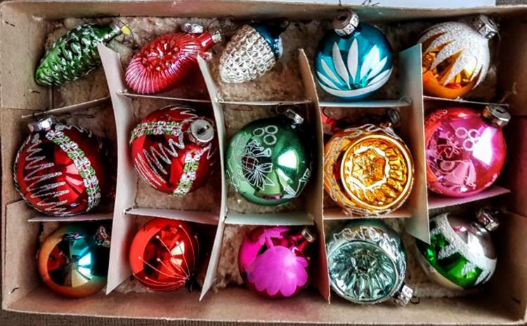 Елочные игрушки в коробке