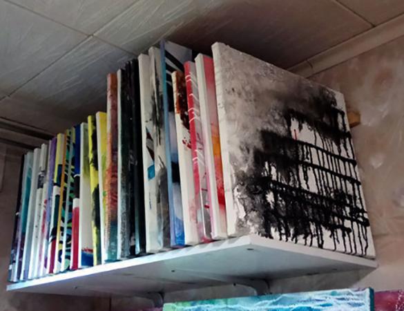 Хранение картин на стеллаже