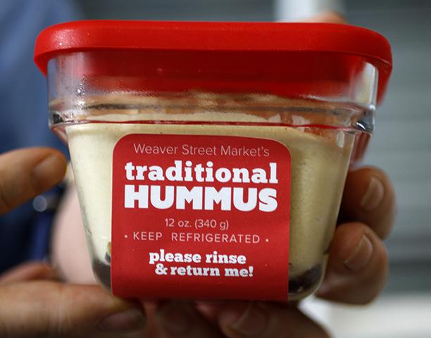 Хумус в руках