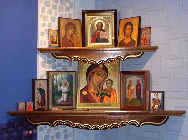 Иконы на полке дома