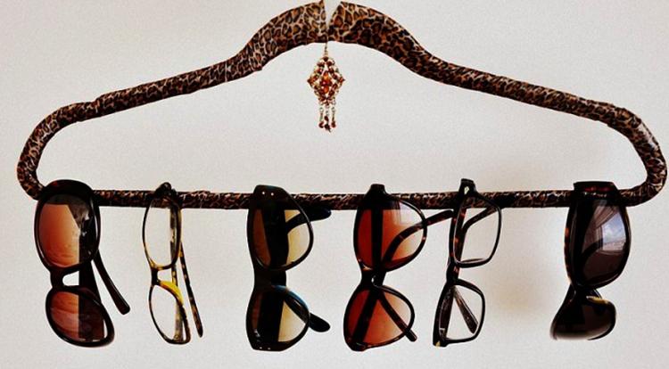 Солнцезащитные очки на вешалке
