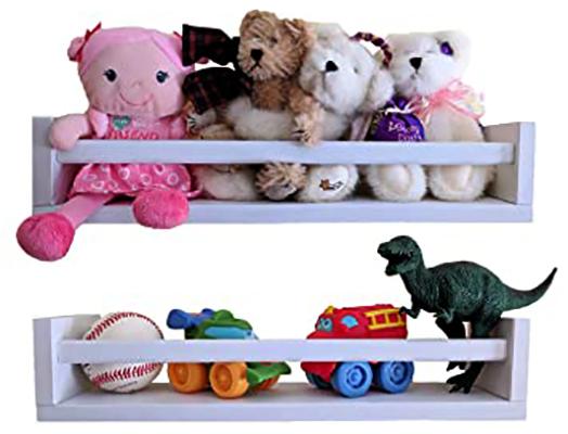Детские игрушки на полке