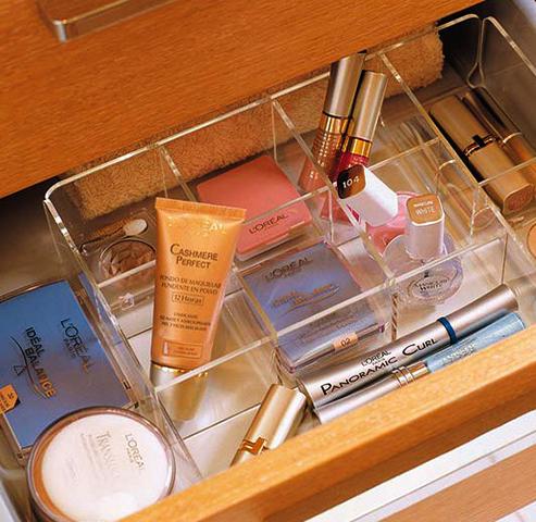 Крема и косметика в ящике в шкафу