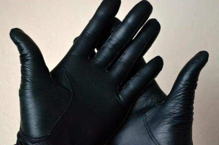 Надетые кожаные перчатки
