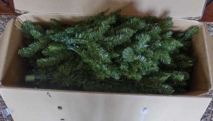 Искусственная елка в коробке