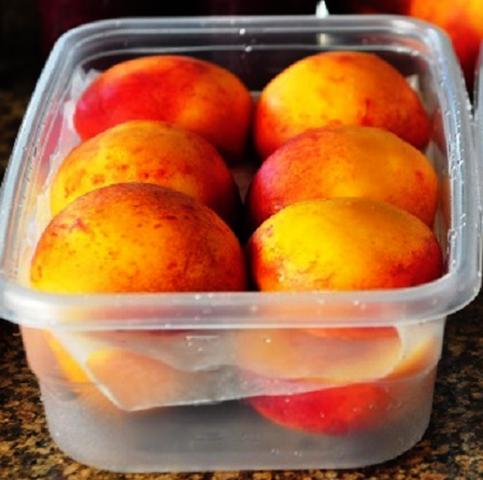 Хранение персиков в пластиковом контейнере