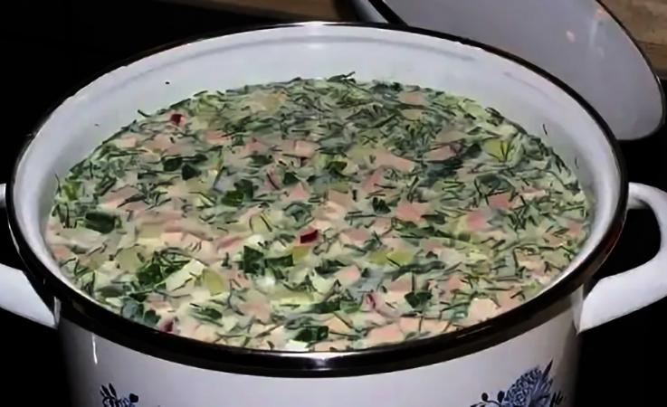 Суп окрошка в кастрюле